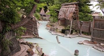 白濁の湯が湯船からあふれる爽快な安達屋の大露天風呂「大気の湯」