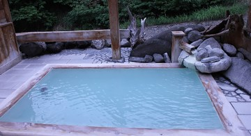 湯と檜と緑の木々に心身ともに和む旅館・ひげの家の露天風呂「滝の湯」