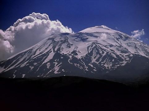 神々しく見えるアララット山