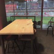 Table haute de Bar Excellence sur mesure 80x180cm vitrifiée pieds en U 8x4cm acier brut