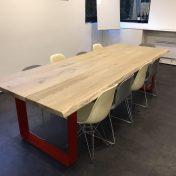 Table de réunion Stéphanie : Plateau irrégulier tronc 280x108cm patine chêne brut haute résistance / Pieds en U bande 15mmx120mm brut