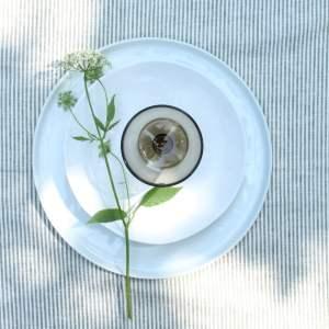 wit servies met rookglas op streep tafelkleed