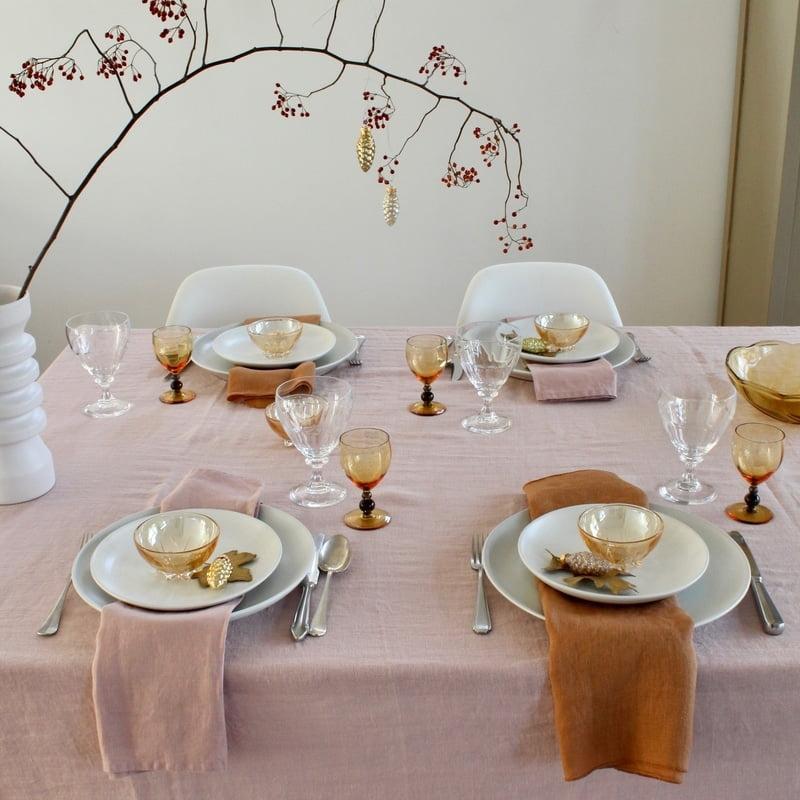 kersttafel gedekt in roze en brique