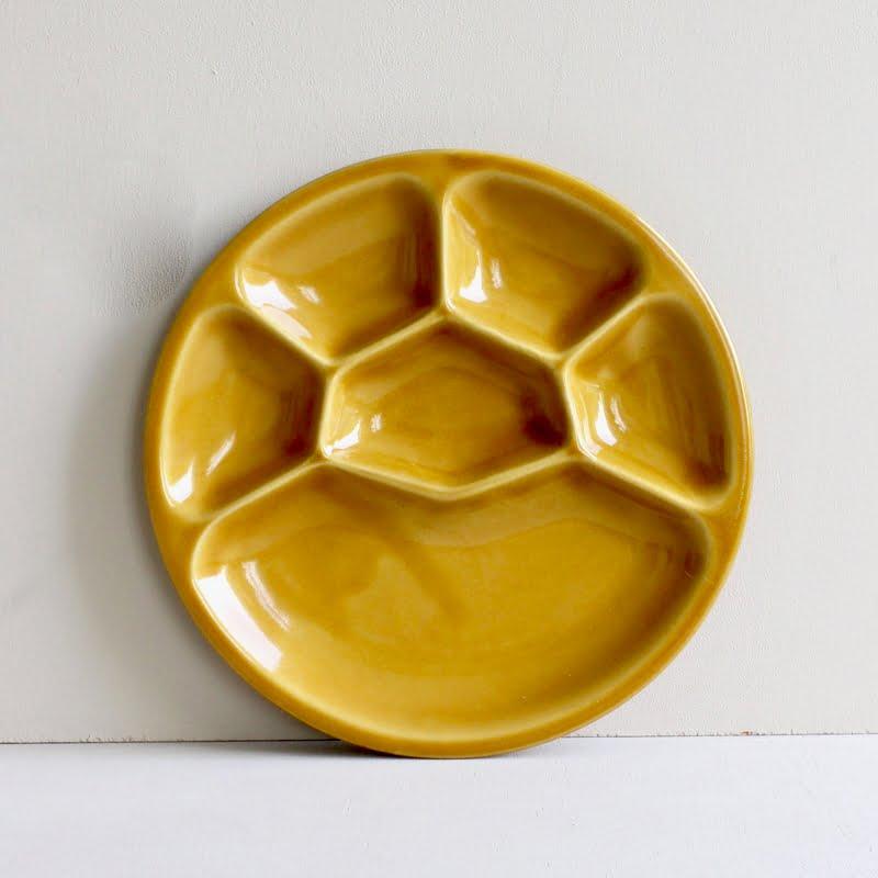 Geel vintage fonduebord met zes vakken