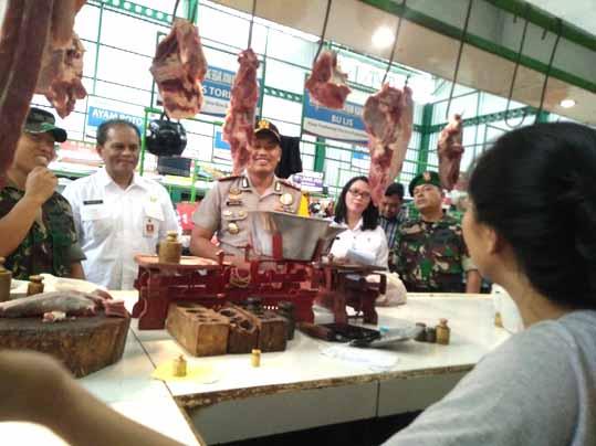 Satgas Pangan yang terdiri dari Kepolisian, Dinas Perdagangan, Bulog dan dinas terkait, melakukan sidak harga sembako di beberapa pasar tradisional di Kota Malang.