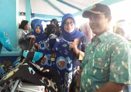 Ketua Tim Penggerak PKK Kabupaten Malang, Dra. Hj. Ny. Jajuk Rendra Kresna menunjukkan batik.