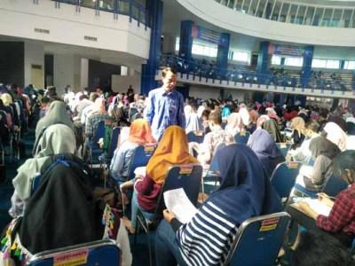 calon mahasiswa baru (camaba) mengikuti ujian tulis masuk Politeknik Negeri Malang (UMPN) di Graha Politeknik Negeri Malang.