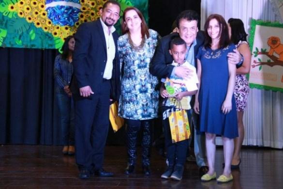 Aluno recebe a premiação do prefeito Fernando Fernandes e do presidente da Câmara José Aparecido Alves. (Foto: Divulgação)