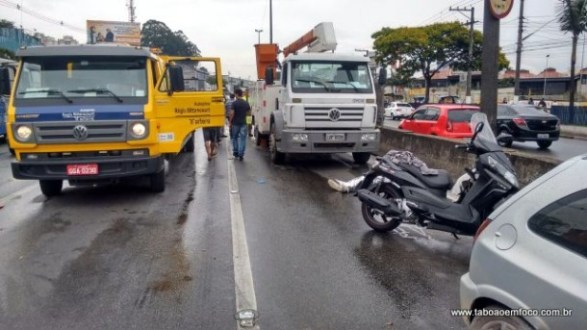 Acidente envolvendo moto, carro e caminhão deixa motoqueiro morto em Taboão da Serra.