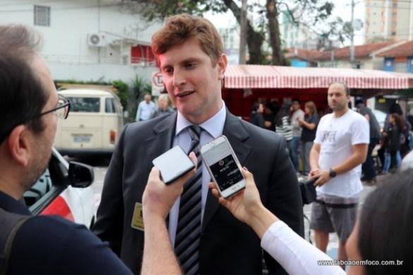Juiz Eleitoral  Rafael Rauch em frente a colégio eleitoral no Centro de Taboão da Serra.