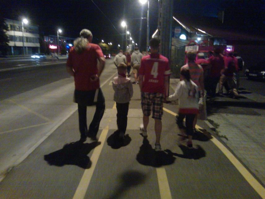 Tapsoljuk meg közösen az MLSZ-t, hiszen itt egy egész család halad a stadion felé!