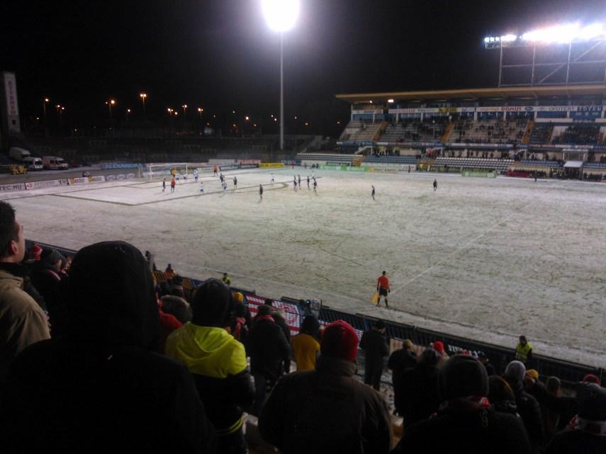 Az odajutásról később: ilyen volt a pálya a meccsen. Létezik, hiszen FIFA-ban is lehet havas pályát kérni, de az ember az évek során hajlamos elfelejteni, hogy tényleg szoktak havas pályán is focizni.