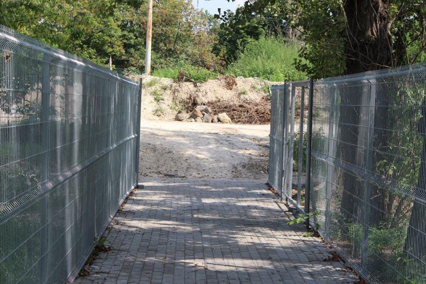 Egészen szép gyalogút vezet el minket a bejáratokhoz - más kérdés, hogy a feltúrt kupacok most még rontják az összképet...