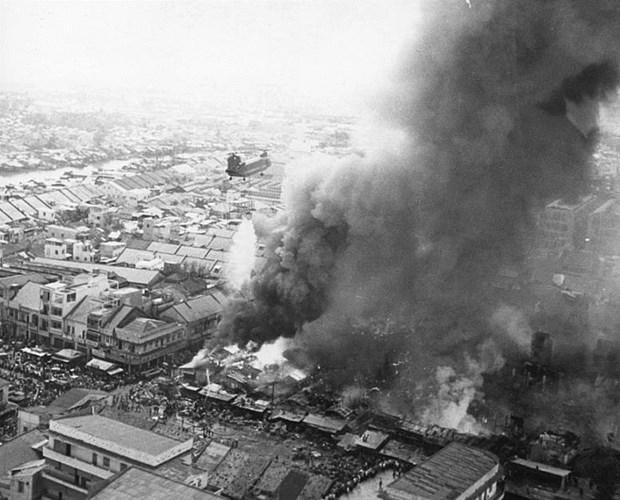 Do đám cháy quá lớn, chiếc trực thăng phải bay rất nhiều chuyến.