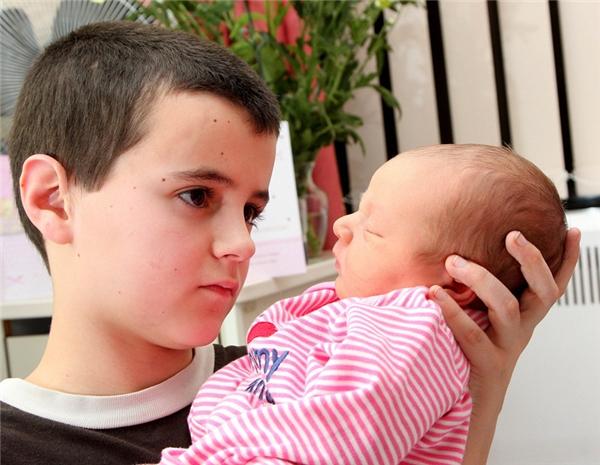 Alfie khẳng định mình là bố của đứa bé vì có ngủ với bạn gái một lần.