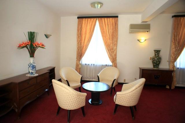 Bộ bàn ghế tiếp khách trong phòng ngủ.