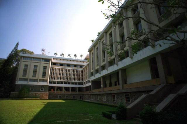 Dinh Độc Lập là nơi ở và làm việc của Tổng thống chính quyền Sài Gòn cũ, trong đó Tổng thống Nguyễn Văn Thiệu là người tại vị lâu nhất. Ông và gia đình đã sống ở Dinh Độc Lập từ tháng 10/1967 đến ngày 21/4/1975. Nơi ở của gia đình Tổng thống được bố trí ở 2 tầng trên cùng thuộc khối nhà phía sau của Dinh.