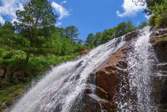 Nếu thích phiêu lưu, mạo hiểm, du khách có thể tham gia trải nghiệm dùng dây thừng xuống thác ở Đà Lạt.