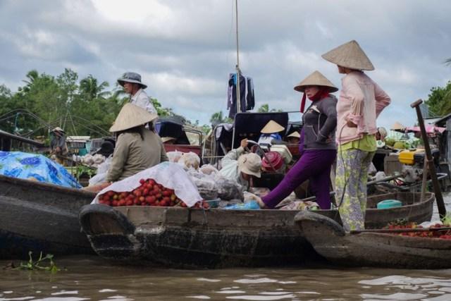 Những chợ nổi tụ họp giữa sông Cửu Long cuốn hút du khách.