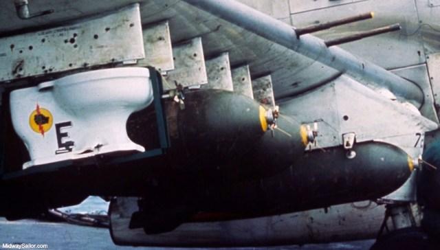 """""""Quả bom toilet"""" này vốn là một chiếc toilet trong nhà vệ sinh của tàu sân bay. Nó đã hỏng và đáng ra phải bị ném xuống biển. Tuy nhiên, một sĩ quan của tàu sân bay USS Midway đã nảy sinh ý tưởng kỳ quặc khiến nó bất đắc dĩ đi vào lịch sử."""