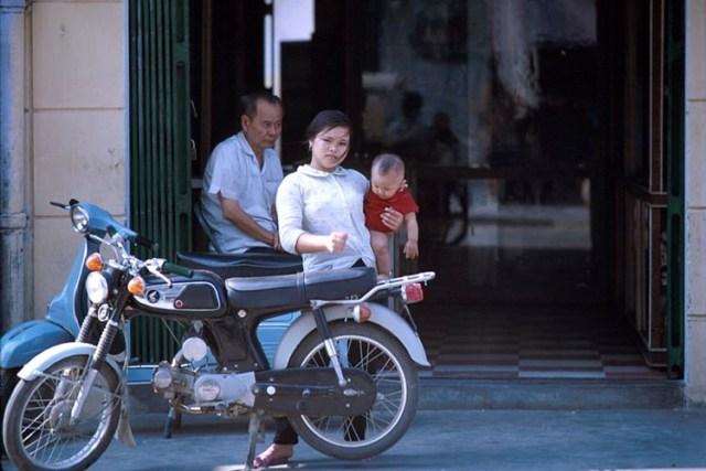 Honda SS90 và Vespa sóng đôi trên một góc phố Nha Trang.