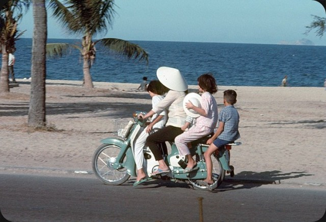 Bà mẹ trổ tài chở bốn đứa con trên chiếc Honda Dame C50.