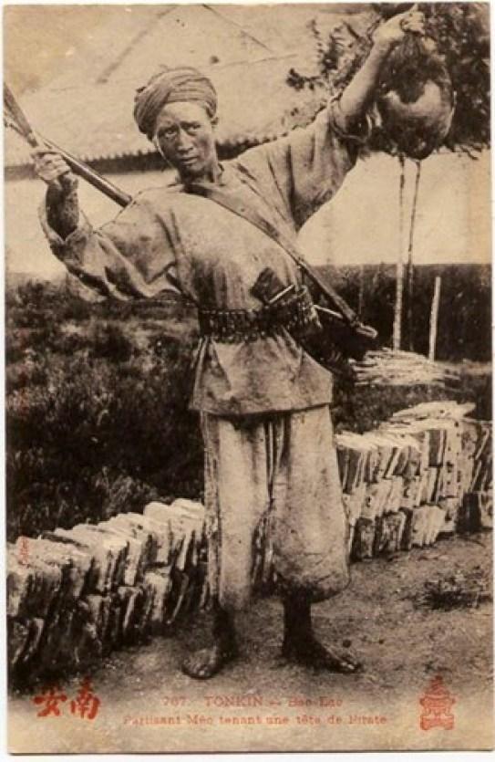 Người đao phủ và chiếc đầu của một phạm nhân.