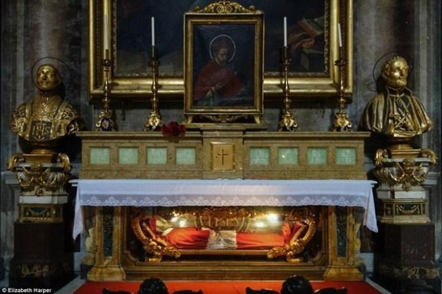 Trong trang phục Hồng y, Thánh Robert Bellarmine yên nghỉ bên dưới bệ thờ trong nhà thờ Thánh Ignatius ở Rome. Người Công giáo chấp nhận và áp dụng một số biện pháp bảo quản thi hài các thánh - như phủ sáp, ngâm vào axit, bọc trong lớp vỏ bằng bạc.