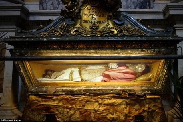 Giáo hoàng Pius V qua đời vào năm 1572. Thi hài của ông được bọc trong lớp vỏ bằng bạc và nằm trong nhà thờ Santa Maria Maggiore. Hiện tại Giáo hội Công giáo không còn coi tử thi bất hoại là dấu hiệu của phép màu, song vẫn cho rằng đó là đặc ân của Chúa.