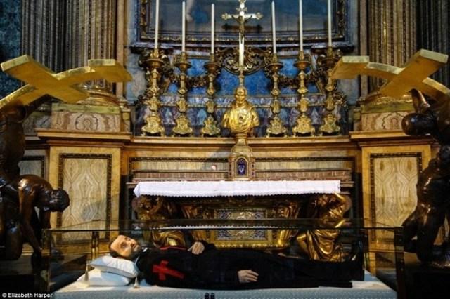 Hình nộm bằng sáp của Thánh Camillus de Lellis. Thi hài của ông nằm trong hầm mộ bên dưới hình nộm và không ai biết thi thể của ông phân hủy hay không.
