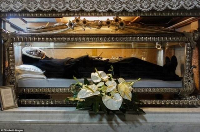 Thánh nữ Paula Frassinetti (1809-1882) yên nghỉ trong một nhà nguyện ở thành phố Rome. Thi thể của bà được đặt trong axit carbonic từ khi bà qua đời trong thế kỷ 19. Giáo hoàng John Paul II phong thánh cho Paula Frassinetti vào năm 1984.