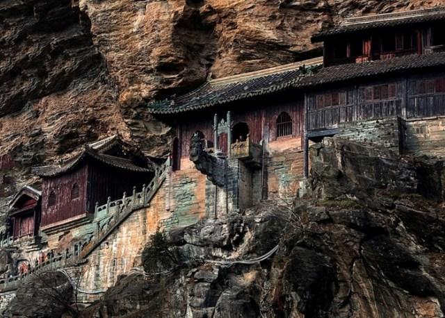 Núi Võ Đang, còn có tên là Thái Hòa, là một địa danh quen thuộc với những ai thích tiểu thuyết kiếm hiệp của nhà văn Kim Dung. Đây là một ngọn núi nên thơ, hùng vĩ.