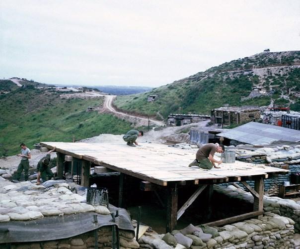 Lính Mỹ xây dựng công sự tại khu căn cứ LZ Liz ở Quảng Ngãi năm 1967. Hình ảnh do do cựu binh Mỹ Steve Eckloff thực hiện.