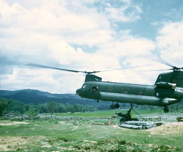 Trực thăng Chinook của Mỹ chuẩn bị thả khí tài xuống căn cứ.