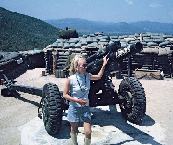 Nữ ca sĩ Mỹ nổi tiếng Chris Noel thăm căn cứ LZ Liz.