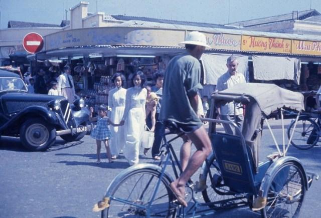 Bên ngoài chợ Bến Thành, Sài Gòn năm 1963.