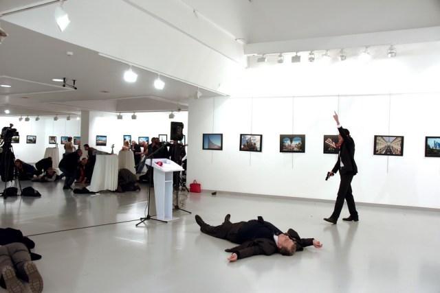 Ngày 19/12, trong một triển lãm mỹ thuật đương đại tại thủ đô Ankara, Đại sứ Nga tại Thổ Nhĩ Kỳ Andrei Karlov bị ám sát từ phía sau khi đang phát biểu khai mạc triển lãm. Ảnh: Reuters.