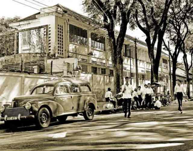 hoc-sinh-an-bo-bia-tren-duong-pho-saigon-thap-nien-1950-1450609886