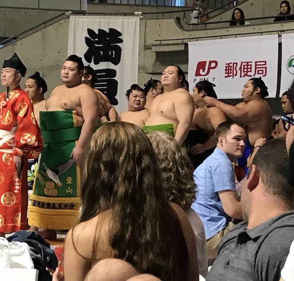 gaijins-enjoying-sumo