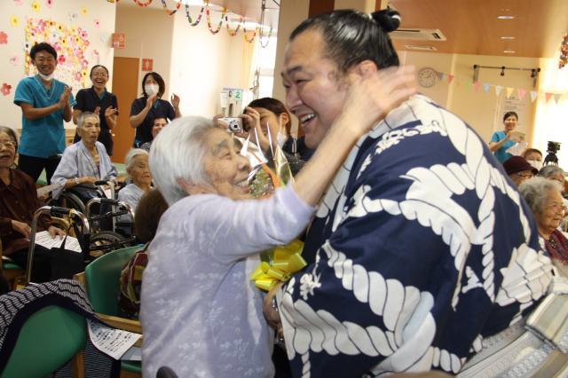 toyonoshima-with-elderly
