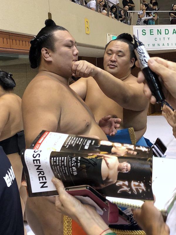 tamawashi-annoys-ikioi
