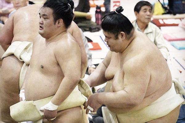 akiseyama-fixes-chiyonoumi-mawashi