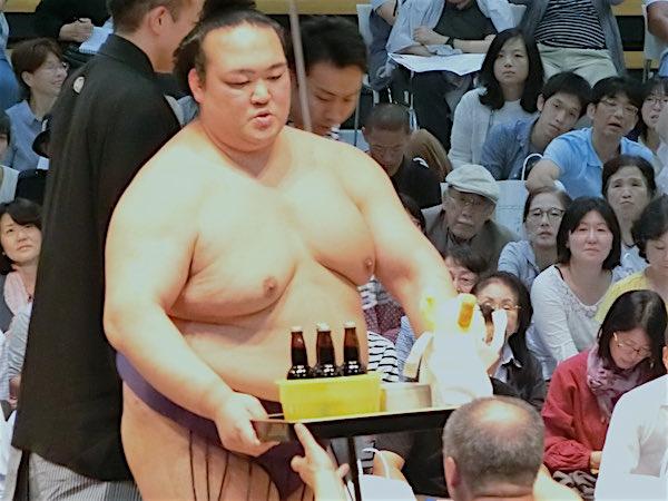 kisenosato-serving-drinks