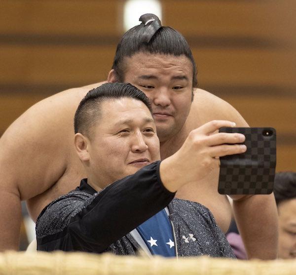 takakeisho-selfie-tomozuna