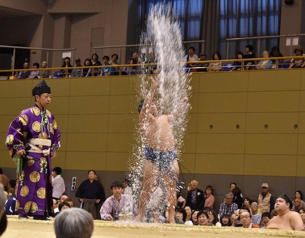 terutsuyoshi-salt-throw