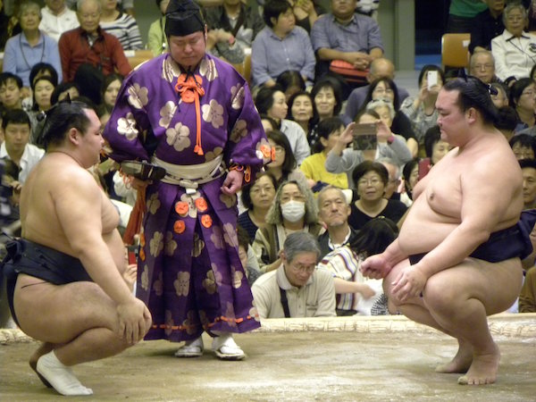 yokozuna-face-each-other