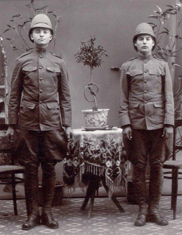 Two U.S. soldiers circa 1900 wearing the camouflage of the era: khaki.