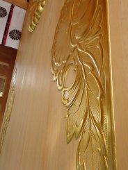 Porta com detalhes dourados
