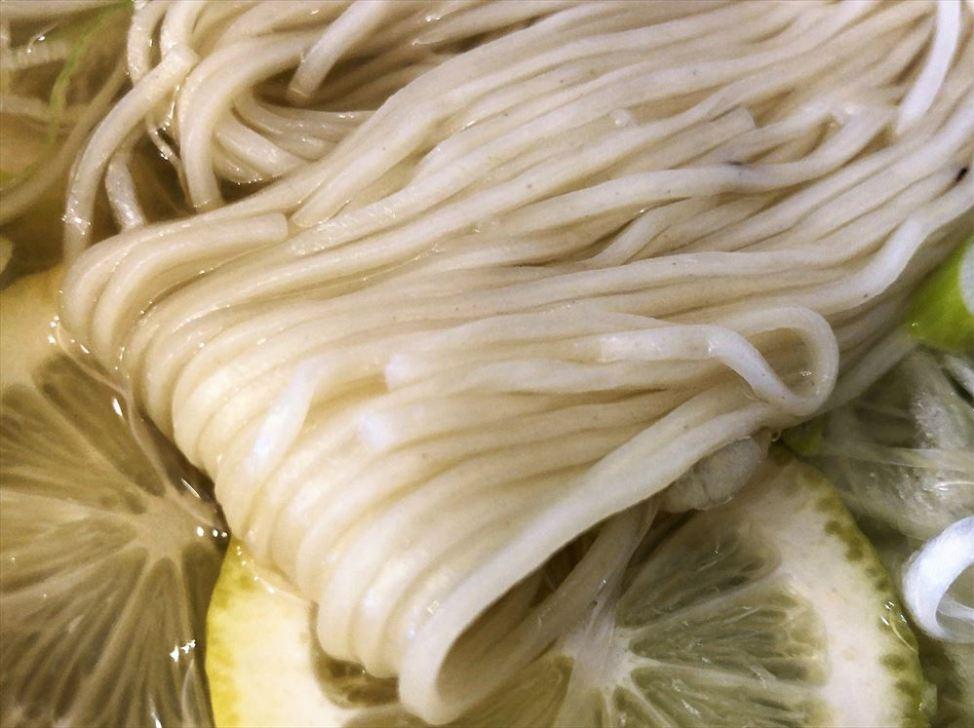 ラーメン食堂&ラーメンカフェ カドワラ「レモンねぎ塩ラーメン」の麺