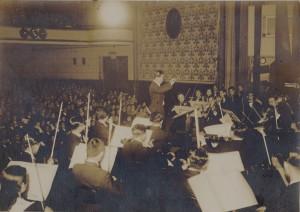 昭和15年日比谷公会堂での青年日本交響楽団演奏会で指揮をする服部 正